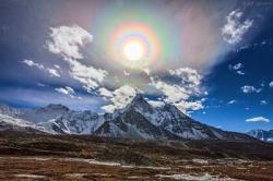Hào Quang Mặt Trời Rực Rỡ Trên Dãy Hy Mã Lạp Sơn