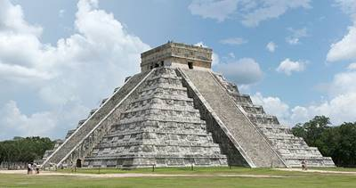 http://upload.wikimedia.org/wikipedia/commons/thumb/5/51/Chichen_Itza_3.jpg/640px-Chichen_Itza_3.jpg